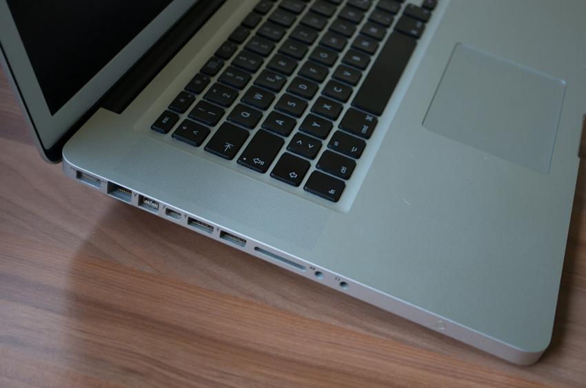 bluelounge-kickflip-macbook-5867