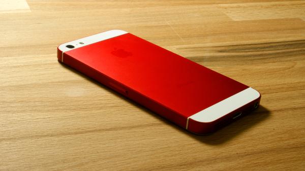 iphone-5-eloxiert-rot-auf-holz-liegend