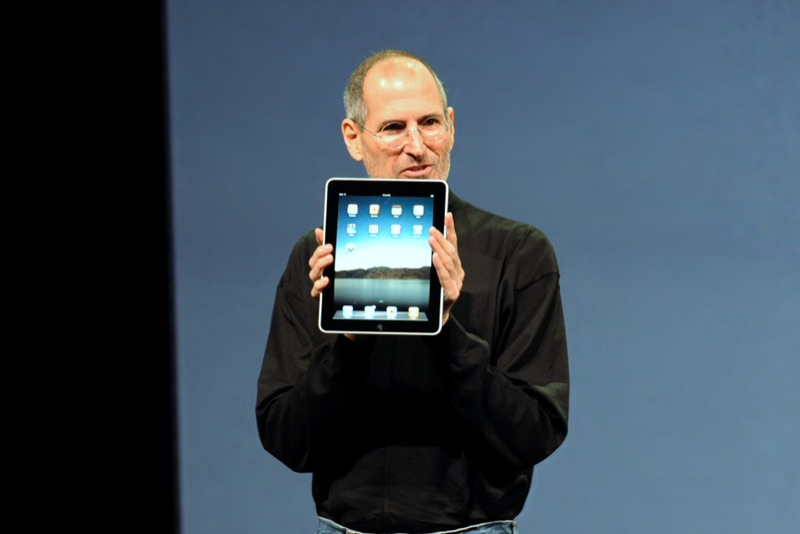 steve_jobs_with_the_apple_ipad_no_logo